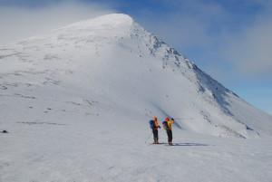 Søre Rendalssølen sett fra Sølenskardet. Skiløper peker i retning Midre Sølen. Selve skikjøringen fra Søre gjøres fra toppen og ut mot venstre, bak det man ser i bildet.